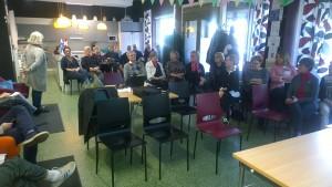 Puheen johtaja Ourjo Pfäffli avasi tilaisuuden ja kertoi Sveitsin ystävien toiminnasta Lahden seudulla. Kuva Seppo Haario
