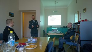 Kapteenit Stéphane Theimer ja Baptiste Matthey pitivät esitelmän Sveitsin pakolaistilanteesta