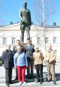 Perinteinen treffipaikka oli Mannerheimin patsas Mikkelin torilla. Kuva: Tuija Turunen