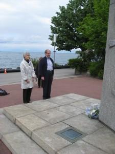 Kari ja Ruth Mannerheimin patsaalla