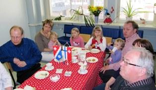 Sveitsin Ystävien kevätretki Tampereelle 20.4.2013 Kuvassa Turun paikallisosaston pj. Kai Tuusa sekä juustomestari Peter Dörig perheineen.