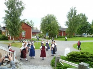 Laulun ja tanssin myötä aurinko hemmotteli kuulijakuntaa, kuva: Tuija Turunen