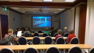 Ennen esitelmää katsottiin Sveitsin matkailun lyhytfilmejä. Kuva Seppo Haario