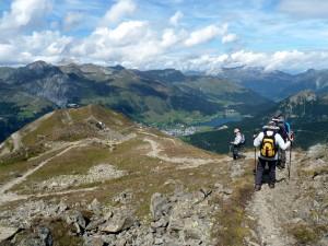 Alas Jakobshornilta, korkeus 2 500 m, taustalla Davos ja Davos-järvi
