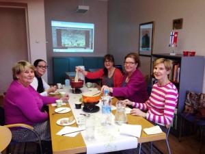 Italian kielen opiskelijat nauttivat fonduesta Helsingissä