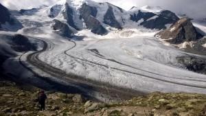 Laskeutuminen Diavolezzalta Pers-jäätikölle, taustalla Piz Palü, 3 900 m