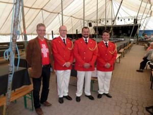 Sveitsin soittokunnan johtoa, toinen vasemmalta Stabsadjutant Philipp Rütsche, majuri Aldon Werlen ja yliluutnantti Roger Hasler