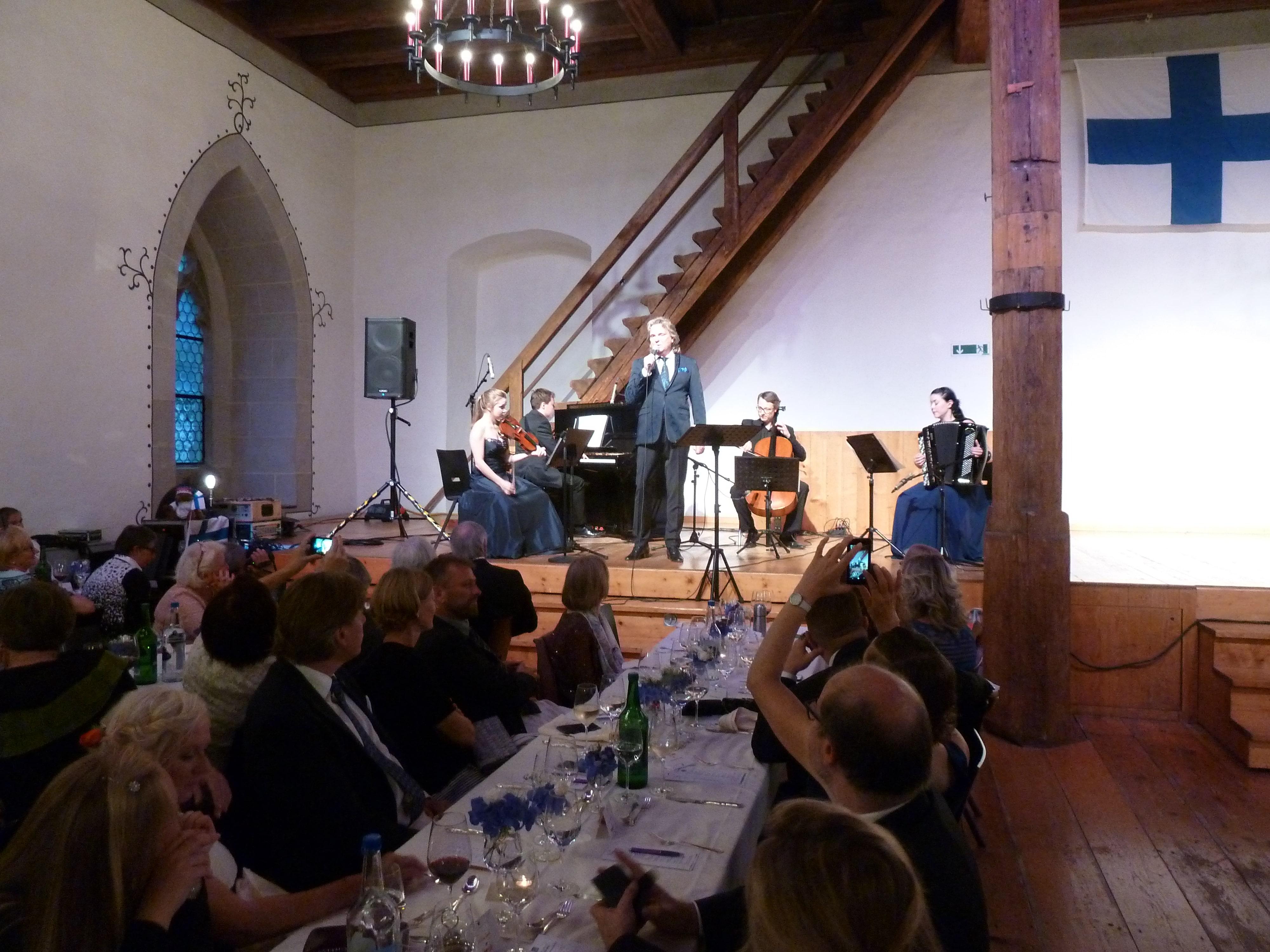 """""""Suomi 100 vuotta"""" juhla Lenzburgin linnassa"""